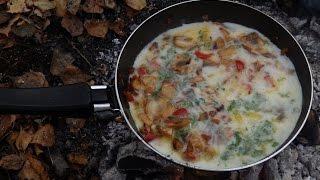 Осенний лес.Омлет на костре с болгарским перцем  жареными грибами и луком