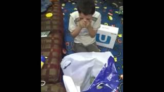 فرحة طفل اخوه اشترى له سوني3