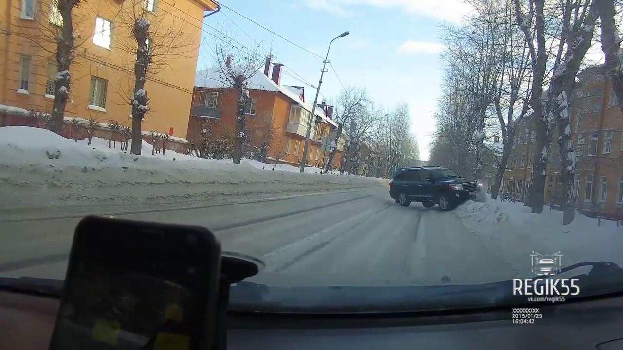 ДТП Омск: Land Cruiser в дерево