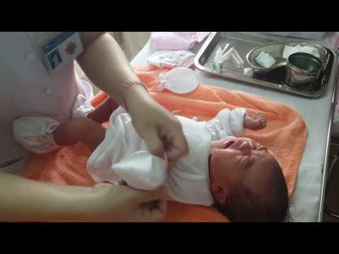How to clean the umbilical cord for the newborn?