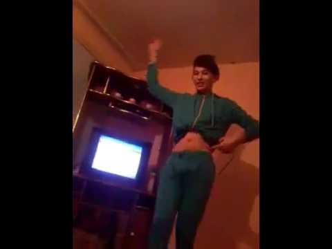 شاهد قبل الحذف + 18 مخنث يرقص كالفتيات( رقصة أي أي واي واي )و أخته تصور فيه روحي يا لبلاد 2017 thumbnail