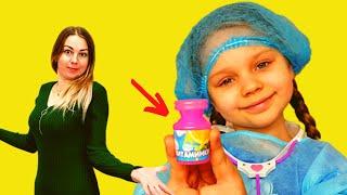Алиса играет как доктор и лечит зубы
