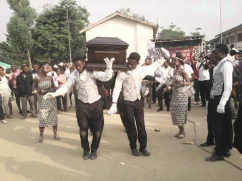 veillée de guyzo mousseur...les ghanéens dansent avec le corps