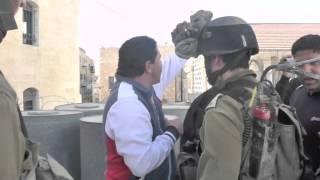 חמישה חיילים חמושים תובעים מתושב חברון להסיר דגל פלסטין מגג ביתו