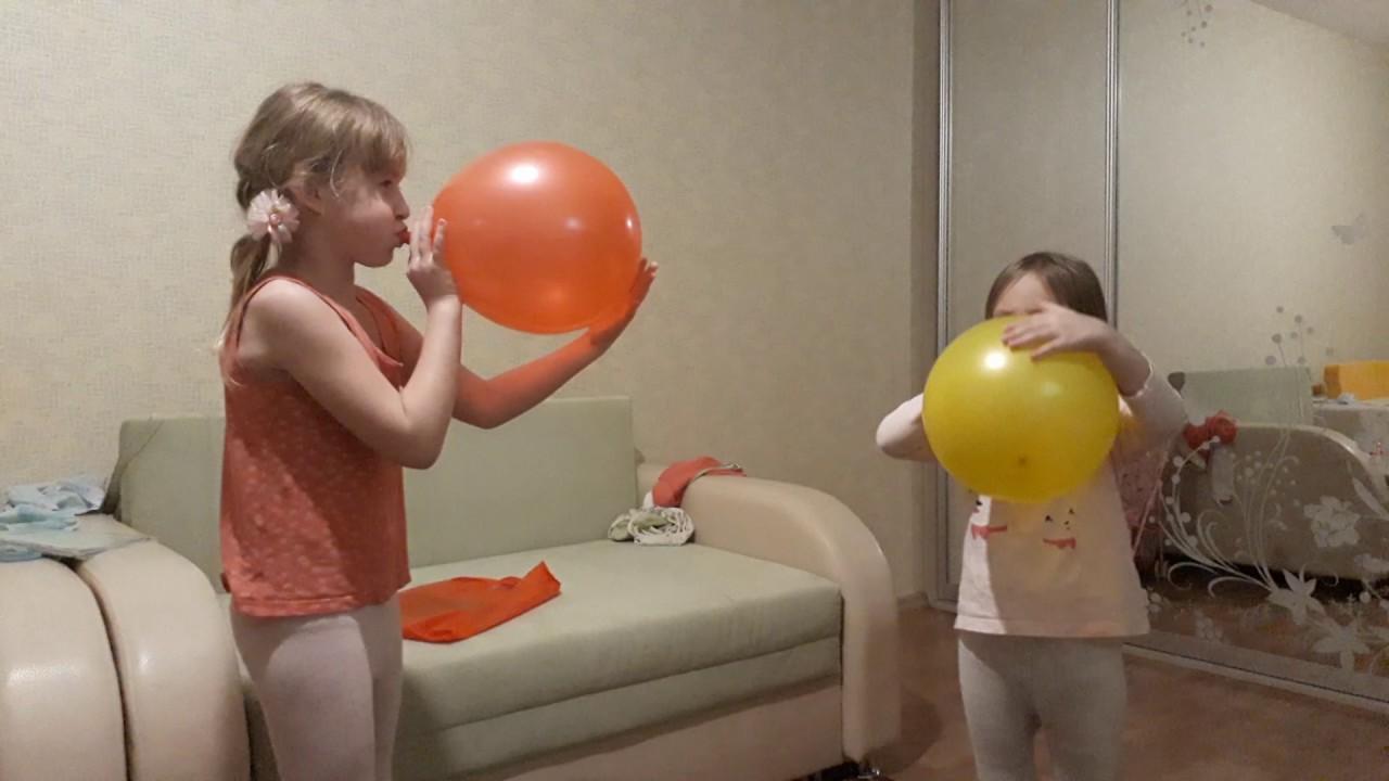 Сексуальная девочка надувает шарик
