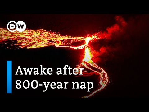 Volcano eruption lights up Iceland sky after weeks of earthquakes | DW News
