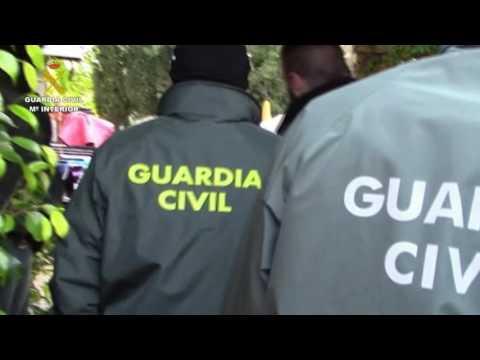 """La Guardia Civil, en el marco de la operación """"Diseminado Motor"""", ha desarticulado en Málaga una red dedicada al robo de vehículos y en el interior de viviendas. Se ha detenido a los 25 integrantes, a los que se les imputa los supuestos delitos de Pertenencia a Organización Criminal, Robo con Fuerza en las Cosas, Contra la Salud Pública, Tenencia ilícita de Armas, Sustracción de Vehículos a Motor, Falsedad Documental y Receptación"""