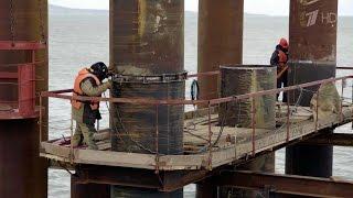 Строители приступили к установке подводных опор моста через Керченский пролив.