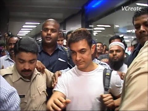 Aamir Khan mobbed by fans and media at mumbai airport.