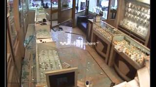 Robbery at Pakeeza Jewellers, Green Street, London on 25.08.2012.mp4