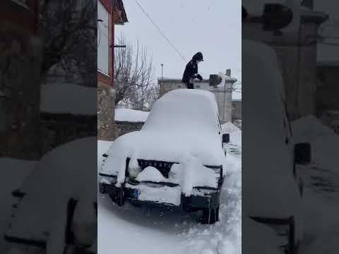 Nieve Provincia de León: Desenterrando el coche en Puebla de Lillo