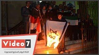 اتحاد كتاب مصر يعلن رفضه قرار ترامب ويحرق علم إسرائيل