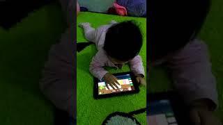 Bayi kecil kecil dah suka main gadget