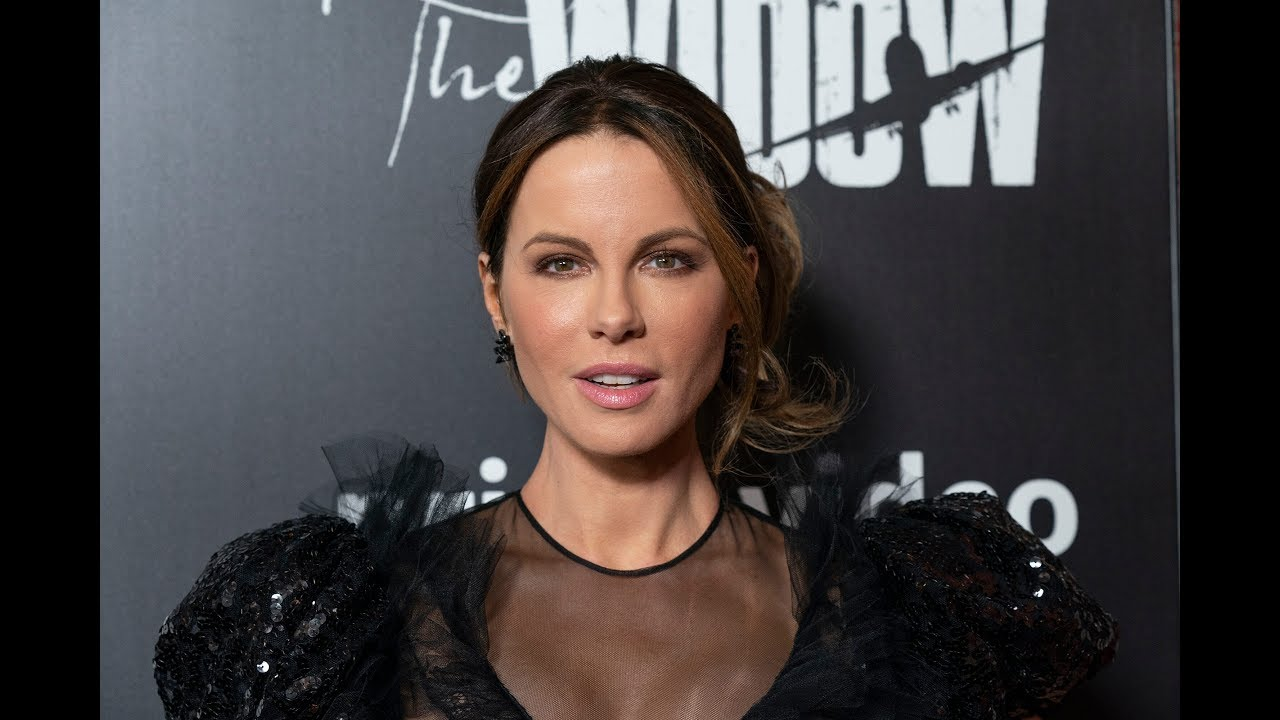 Kate Beckinsale celebrates International Cat Day with sexy bikini ...