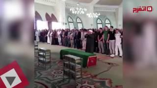 اتفرج| فنانون يصلون على جثمان «الساحر» محمود عبد العزيز
