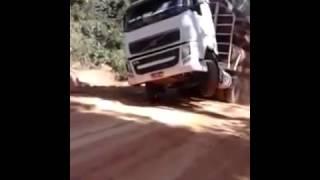 Caminhão Volvo FH 440 CV Empinando Transportando 90 Toneladas De Tora