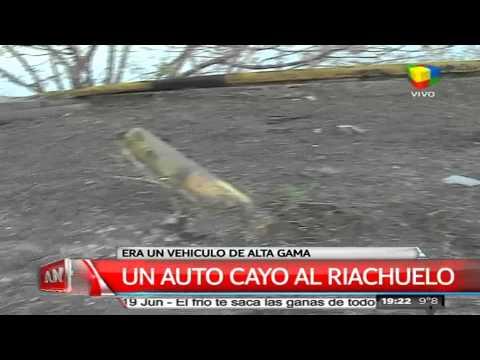 Chocó y terminó con su auto en el Riachuelo