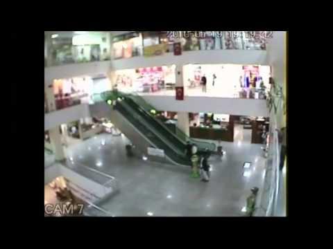 Video Em bé thoát chết trong gang tấc trên thang cuốn   Clip Em bé thoát chết trong gang tấc trên thang cuốn   Video Zing