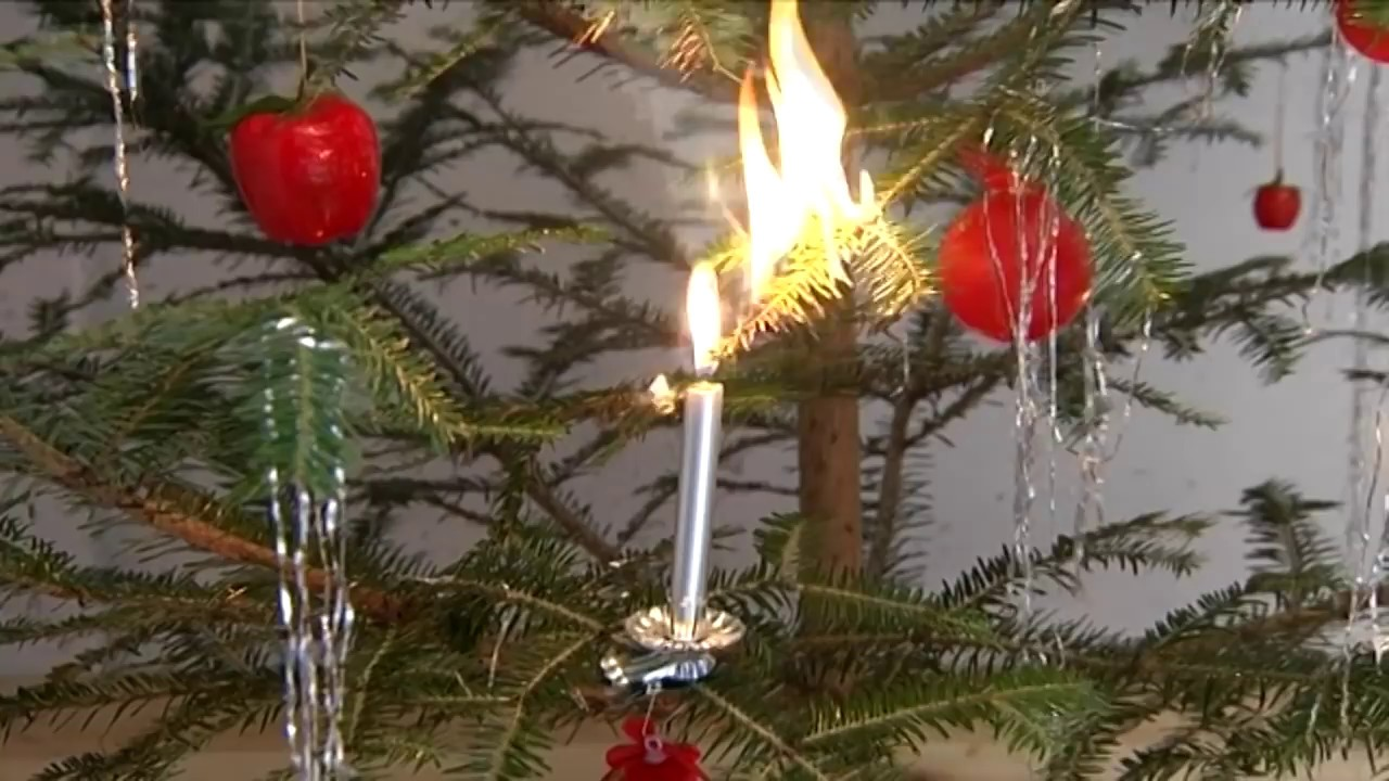 weihnachtsbaum achtung auf brennende kerzen youtube. Black Bedroom Furniture Sets. Home Design Ideas
