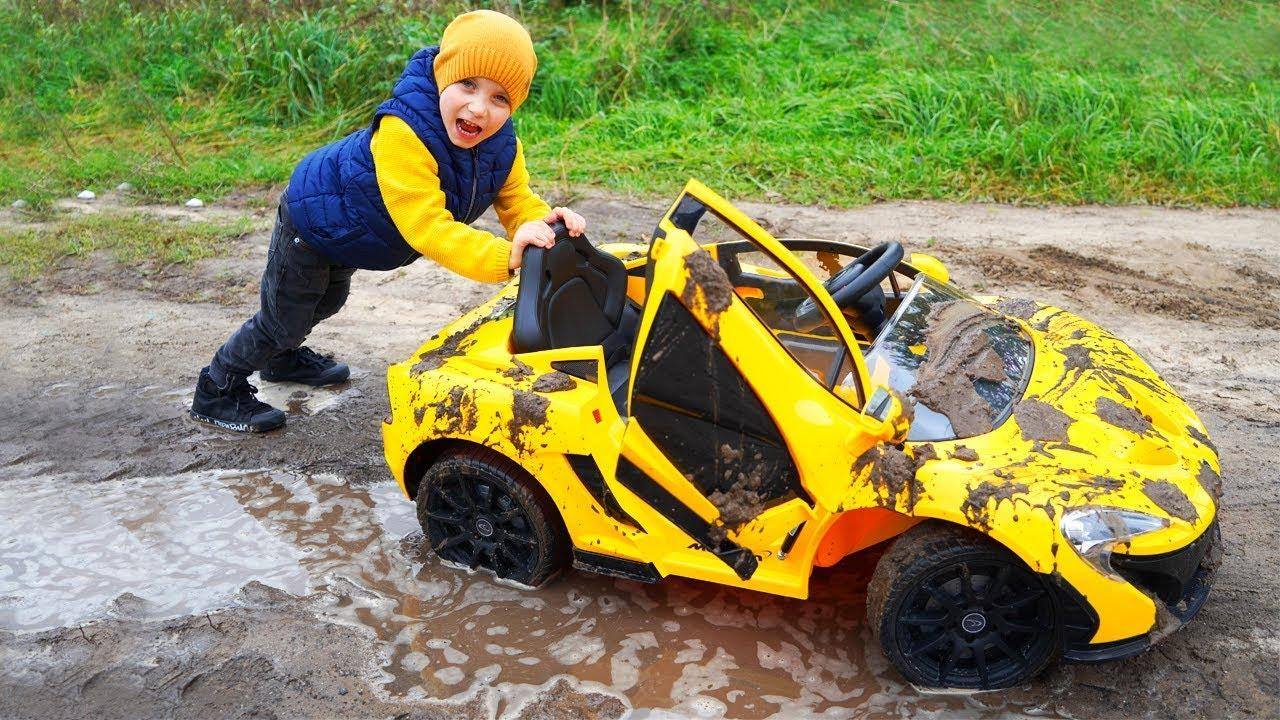 Tisha ride on children's car and stuck in the ground. Тиша застрял в болоте.