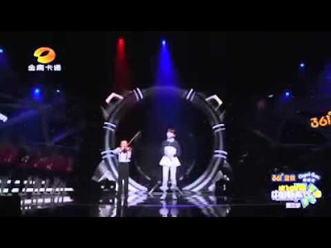 Anak Kecil Sedang Nyanyi Lagu Bahasa Mandarin
