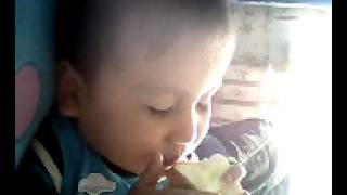 малыш ест яблоко во сне=))))