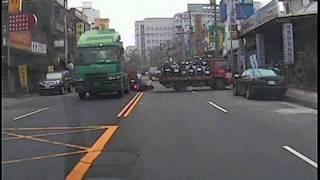 只有9秒鐘的真實影片 您選擇停等,還是超車