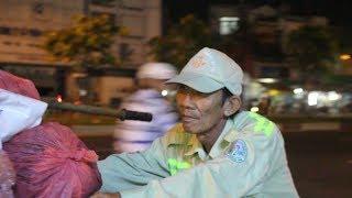 Người đàn ông quét rác 20 năm kể chuyện bị đập đầu, tông xe giữa Sài Gòn