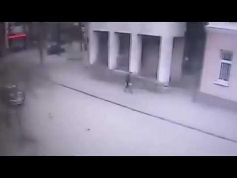Ростов-на-Дону 06 04 17 Момент взрыва бомбы замаскированной под фонарик у школы в Ростове