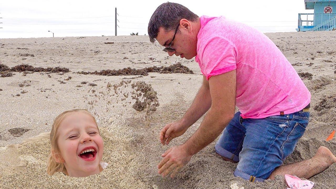 Download Stacy e papai brincam no mar na areia