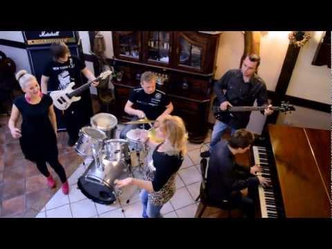 hudobná skupina JUVENTUS - Povidz že mi dzifče moje (oficiálne hudobné )