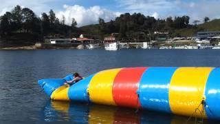 Chica Loca se Lanza en la represa de Guatape Antioquia