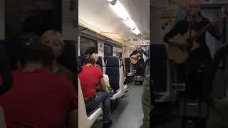Музыкант в электричке исполняет песню 25/17 Горький Туман