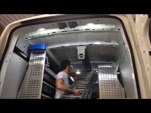 Attache, fixation pour une échelle sous le pavillon de véhicules utilitaires