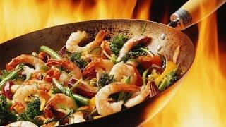Вок. Жареный рис с курицей и овощами.