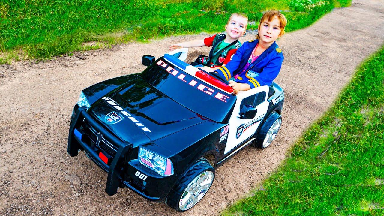 आर्थर और मेलिसा एक नई पुलिस टॉय कार के साथ खेलते हैं