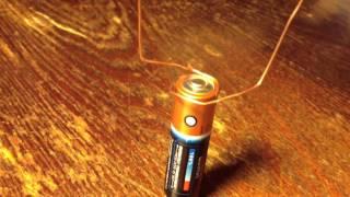 моторчик из магнита, медной проволоки и батарейки(ну конечно, согнуть из проволоки такую же ровную красоту как в первоисточнике не вышло, но таки работает! :), 2013-01-15T22:30:59.000Z)