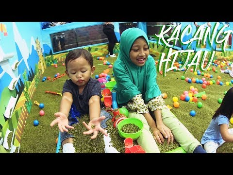 Mecca playing green beans sand | Play and Learn