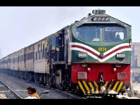 Train passing through the Railway Crossing Chak Jhumra | Pakistan Railways |