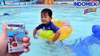 Minum susu UHT Indomilk Rafa jadi Kuat Berenang dan Main Air di Waterboom