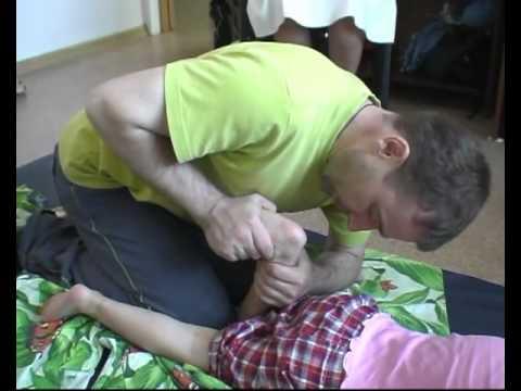 脳性麻痺ベトナムのマッサージによる治療の女の子。 [59:35x360p]