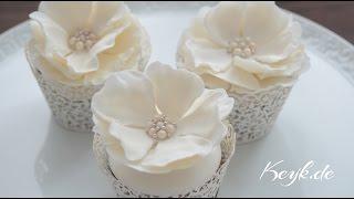 Hochzeits Cupcakes: Blütenpaste Rose mit Zuckerperlen Brosche - Satin Ice und FunCakes