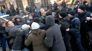 Сутички та сльозогінний газ з'явилося відео обшуку автомобіля за справою нардепа Березкіна