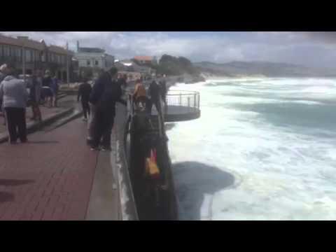 Así salvaron a un surfista de la furia del agua en Nueva Zelanda
