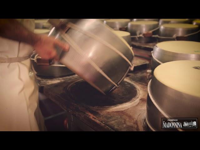Marchiatura del Parmigiano Reggiano - Caseificio La Madonnina