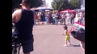Индейцы дают уроки танцев детям :)