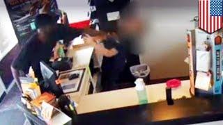 Во Флориде мужчина напал на беременную продавщицу магазина сотовых телефонов(Обнародованы шокирующие кадры, снятые камерой видеонаблюдения одного из магазинов сотовых телефонов горо..., 2014-07-01T12:28:25.000Z)