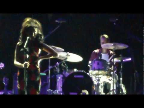 Wake Up Alone Live In Dubai 2011 (part) - Amy Winehouse