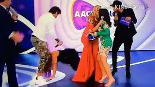 Baixar Patrícia Abravanel cai em palco
