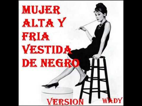 Una mujer alta y fria vestida de negro